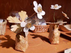 温かみのある風合い 白樺細工の二輪草
